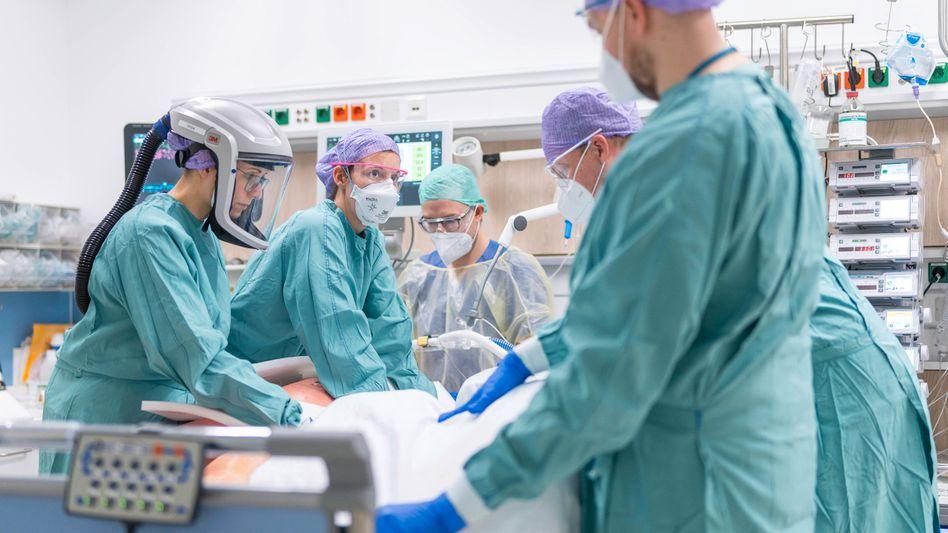 Ärzte auf Intensivstation in Dresden (Archivbild)