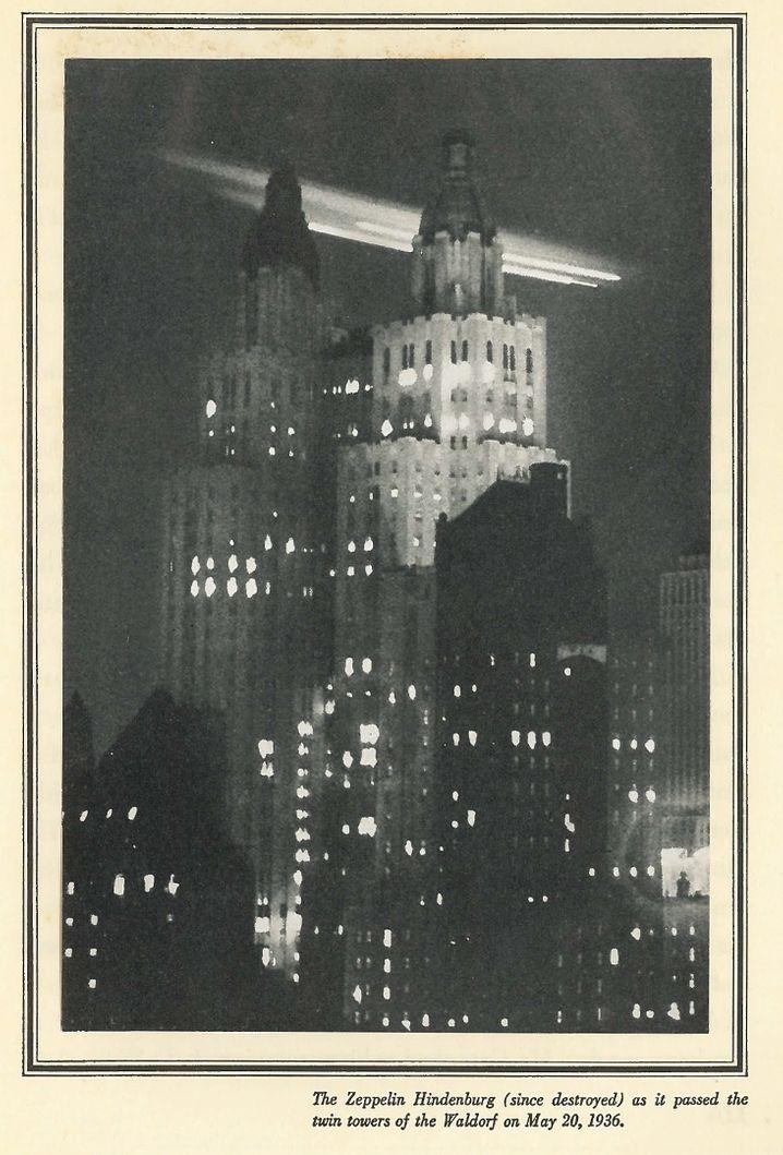 """Come nel film: lo Zeppelin """"Hindenburg"""" vola oltre le torri della Waldorf Astoria (foto degli anni '30)"""