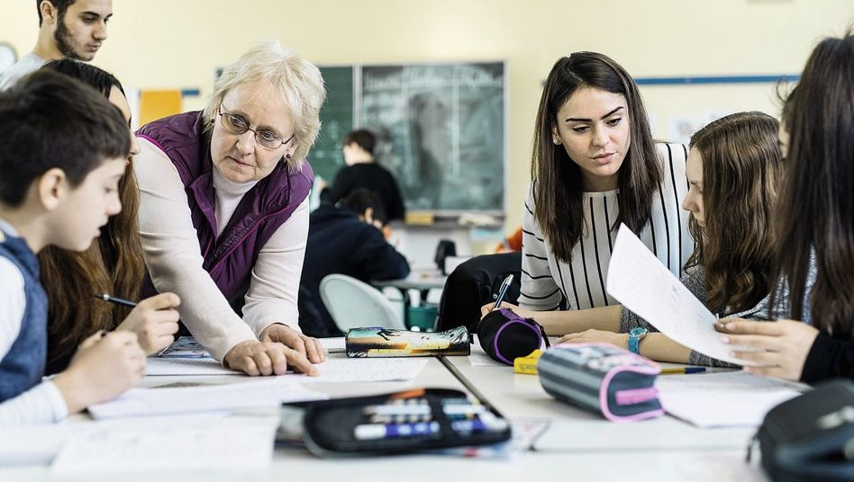 Lehrerin Korte-Exner mit Kollegin und Schülern: Einige sprechen schon ein paar Sätze Deutsch