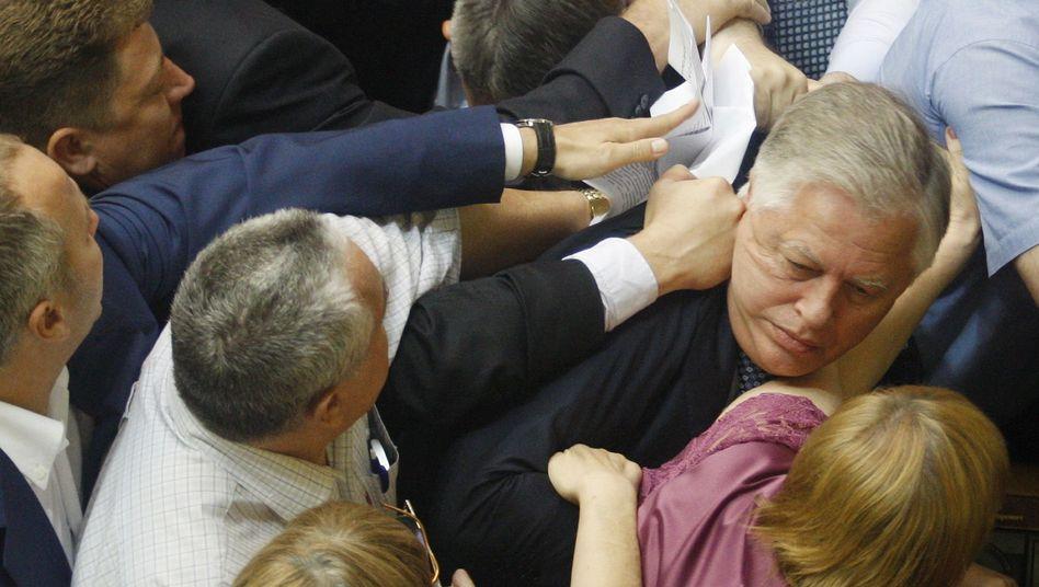KP-Fraktionschef Symonenko (r.) bei Prügelei im Parlament: Seiner Partei droht das Verbot
