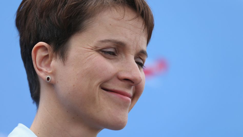 AfD-Chefin Frauke Petry: Spöttisches Lächeln, den Kopf schütteln, die Augen kurz verdrehen