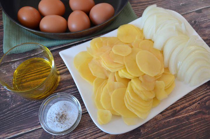 Umso dünner die Kartoffel- und Zwiebelscheiben geschnitten sind, umso besser wird das Endergebnis!