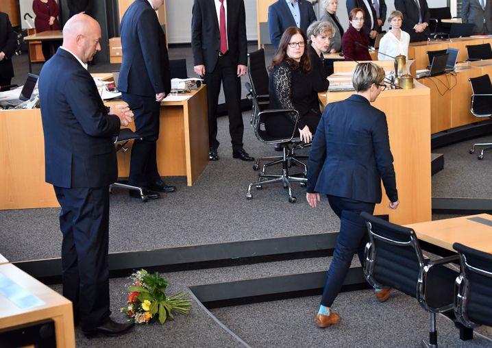 """""""Tabubruch"""" vom 5. Februar: FDP-Politiker Thomas Kemmerich wurde mit AfD-Stimmen in Thüringen zum Kurzzeit-Ministerpräsidenten gewählt. Hennig-Wellsow warf ihm daraufhin einen Blumenstrauß vor die Füße."""