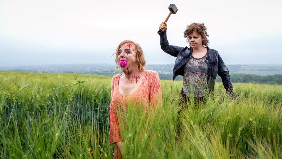 Blutiges Kornfeld: Entführerin (Sarah Viktoria Frick) mit Opfer Marlies Schrey (Nina Petri)