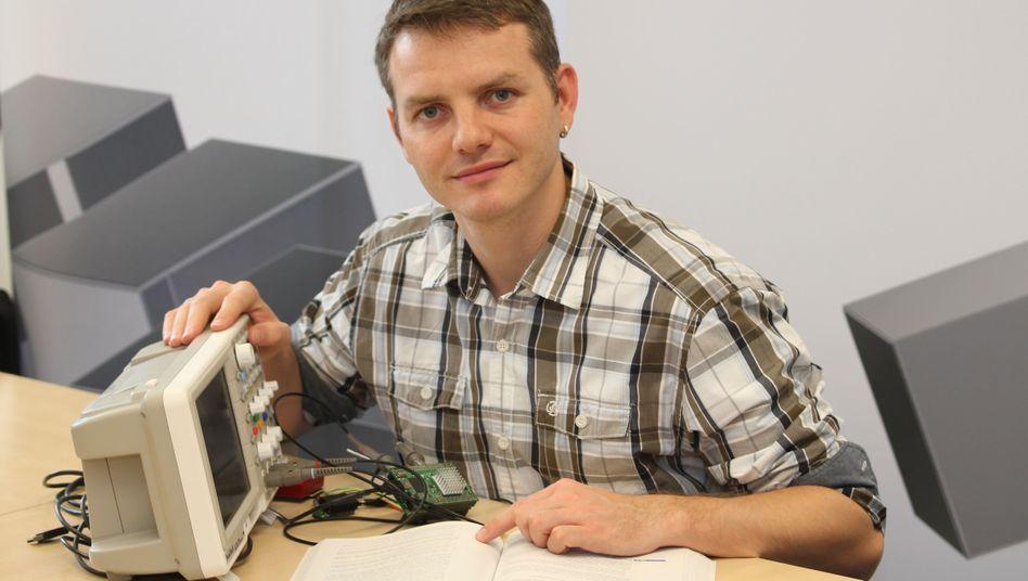 Junger Knacker: Mirko Lange misst eine Telematik-Box mit einem Oszilloskop durch