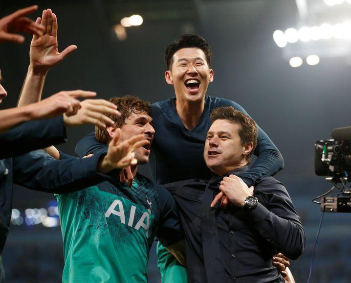 Tottenham-Trainer Mauricio Pochettino (r.) feiert seine Torschützen