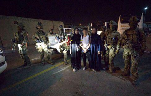 Samira und ihre Familie nach der Rettung mit den KSK-Soldaten: »Operation Bluelight«