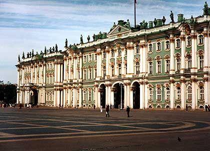 Der Winterpalast der Zaren in St. Petersburg ist ein Wahrzeichen der Stadt