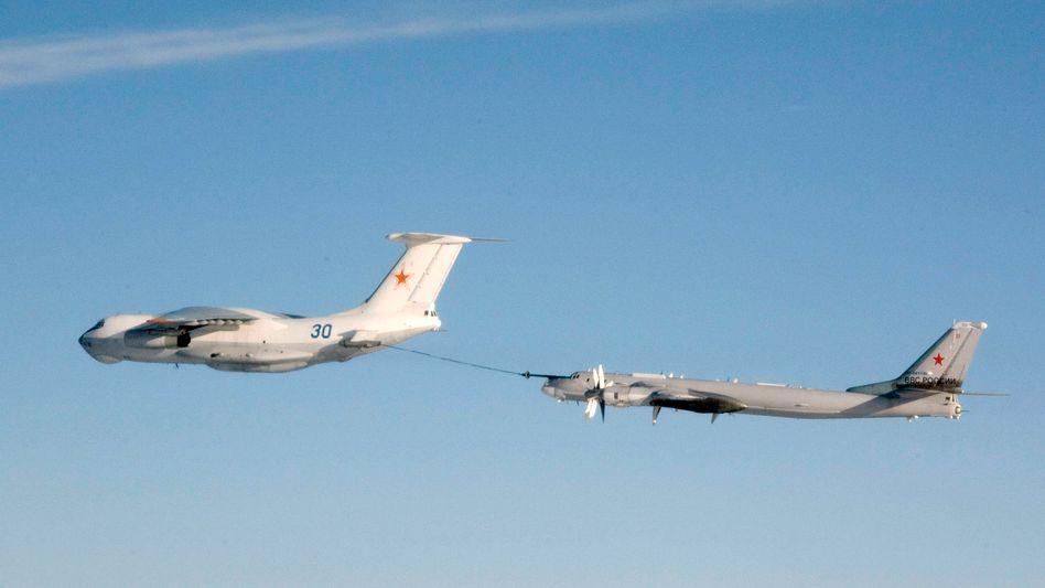Manöver: Eine russische Tupolew Tu-95 (r.) wird in der Luft aufgetankt (Archivbild)