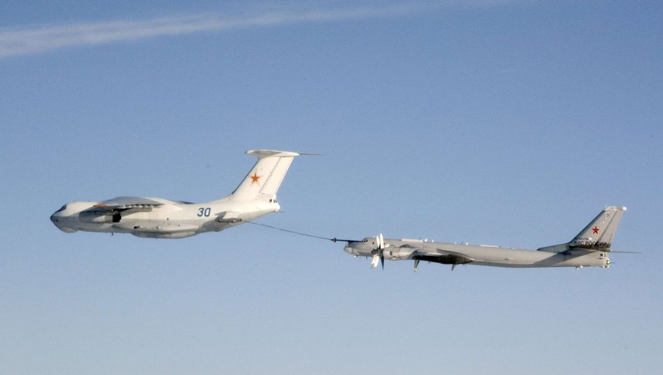 """Betankung einer russischen Tupolew Tu-95 (r.): """"Ruhig, aber provokant"""""""
