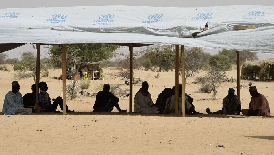 Nigerianische Geflüchtete unter einem Zelt des UNHCR nahe dem Tschadsee (Archivbild)