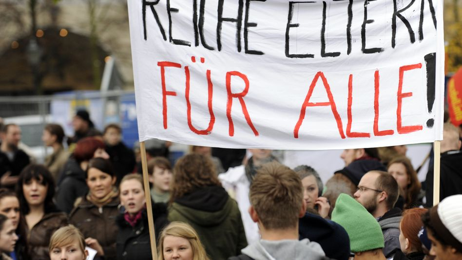 Streikende Studenten (in Berlin 2009): Für viele ist die Studienfinanzierung eine Qual
