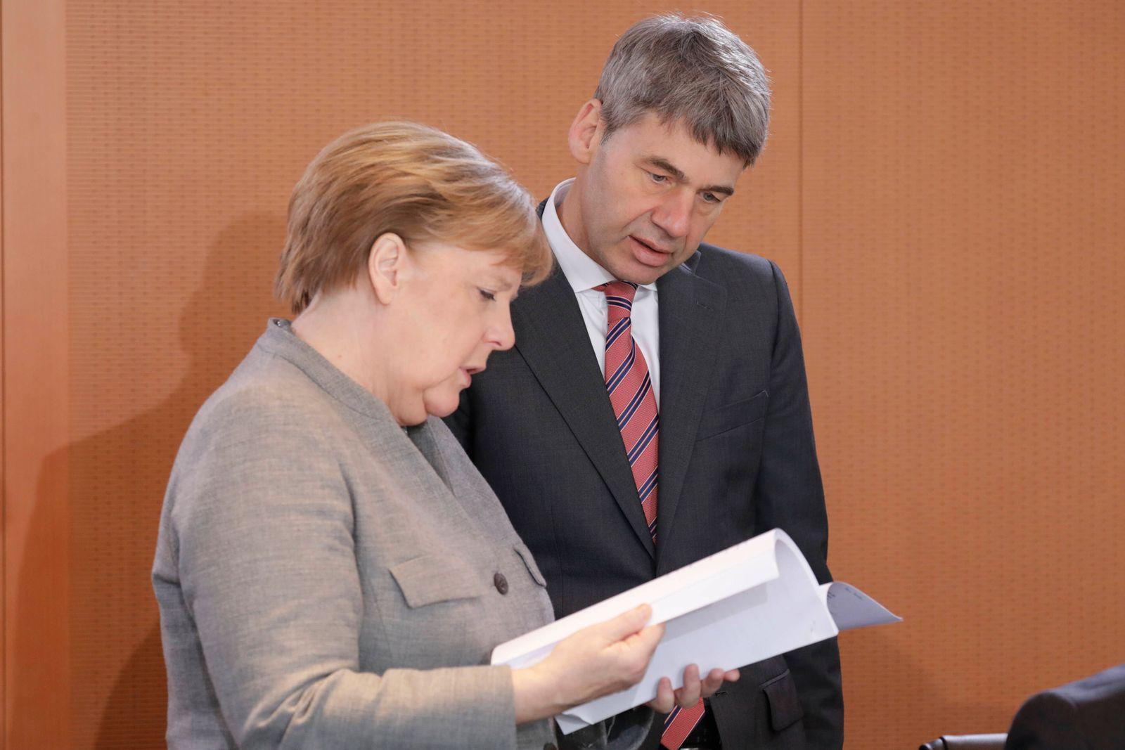 Angela Merkel, Bundeskanzlerin, CDU, und Jan Hecker, Abteilungsleiter Aussen-, Sicherheits-, und Entwicklungspolitik, v