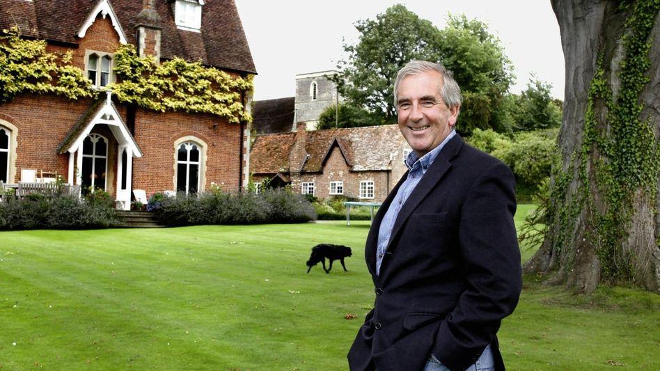 Schriftsteller Harris vor seinem Haus in Berkshire