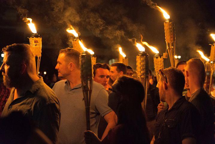 Beim Fackelzug zeigt sich eine rassistische Bewegung, die sichtbarer und selbstbewusster wird