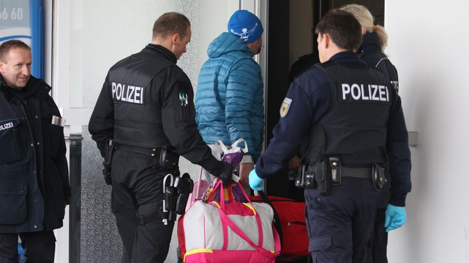Polizisten mit abgelehntem Asylbewerber auf dem Flughafen Leipzig-Halle