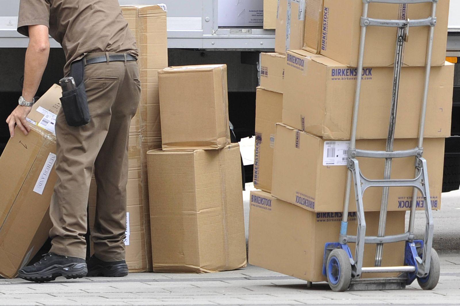 Kampf gegen Dumpingloehne bei Paketboten. Archivfoto: UPS Paketzusteller bei der Arbeit,Paketbote,United Parcel Service