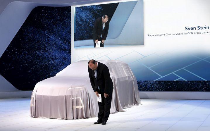 Sorry: Sven Stein, damaliger Japan-Chef von VW, entschuldigt sich auf der Tokio Motor Show für den Dieselbetrug. Das war 2015.
