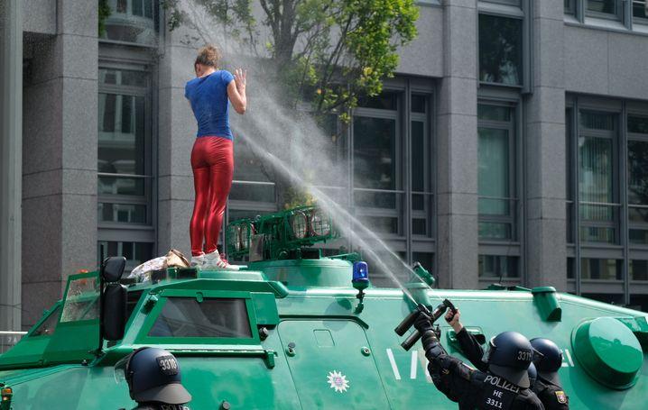 Eine Frau wird während der G20-Proteste in Hamburg 2017 von der Polizei mit Pfefferspray beschossen.