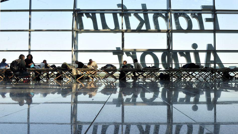 Wartende Passagiere am Frankfurter Flughafen: Tausende Flüge könnten ausfallen