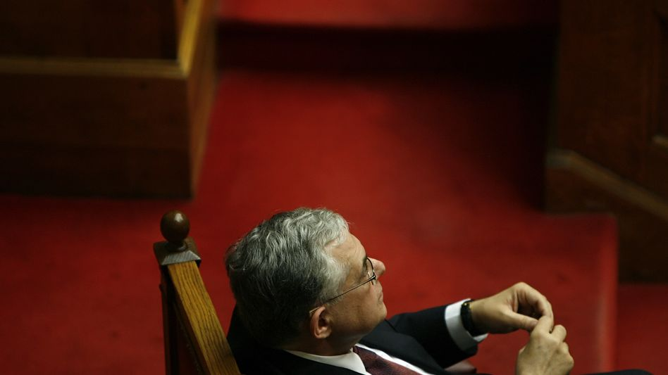 Loukas Papademos mahnt: Lohnkürzungen nötig