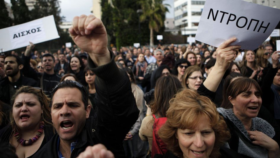 """Mitarbeiter der Bank of Cyprus demonstrieren vor der zyprischen Zentralbank: """"Schande"""" haben sie auf ein Schild geschrieben"""