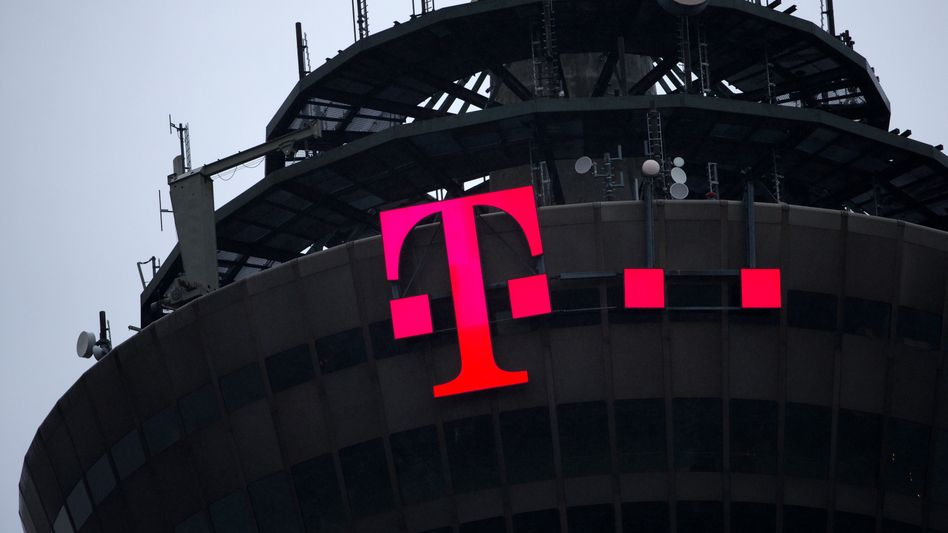 Das Logo der Deutschen Telekom am Fernmeldeturm in Köln