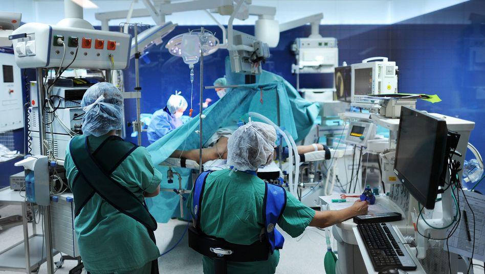 OP-Team: AOK und Kliniklobby streiten über Zahl von tödlichen Behandlungsfehlern