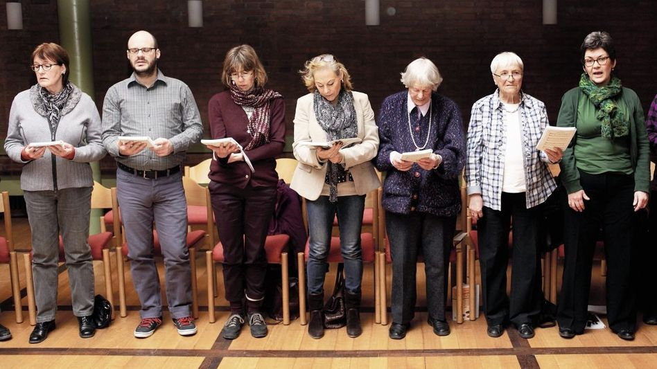 Lebendige Messe: Gottesdienst im Spirituellen Zentrum St. Martin in München: Die Besucher beten und singen zusammen, lesen Bibeltexte vor und sprechen darüber, feiern die Eucharistie mit Wein oder Traubensaft. Pfarrer Andreas Ebert begleitet musikalisch das Gemeinschaftserlebnis.