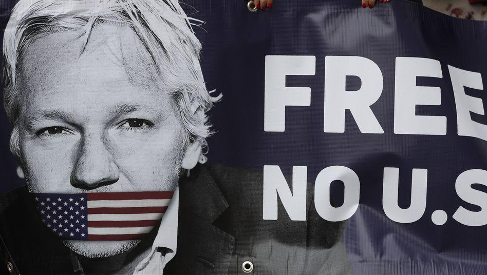 Protestbanner von Assange-Unterstützern vor einem Londoner Gericht