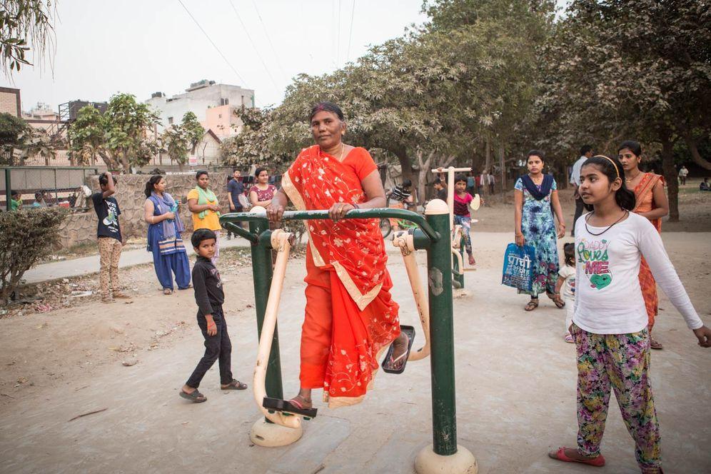 Auf einem öffentlichen Platz hat die Stadt Delhi mehrere Geräte aufgebaut, an denen die Anwohner gemeinsam trainieren können.
