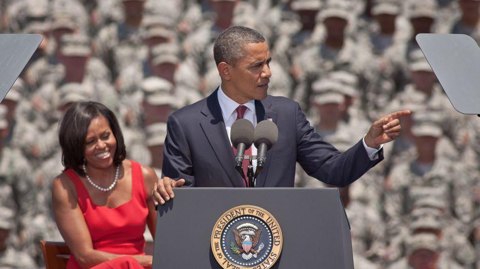 Präsident Obama mit Frau Michelle vor Soldaten (in Georgia): Wähler halten Romney für schwächer in der Außen- und Anti-Terror-Politik