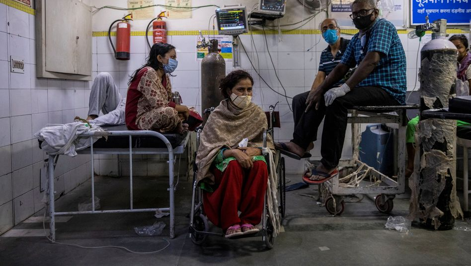 COVID-19 patients in the emergency department of a New Delhi hospital: India has reported 315,000 new infections in a single day, more than ever before.