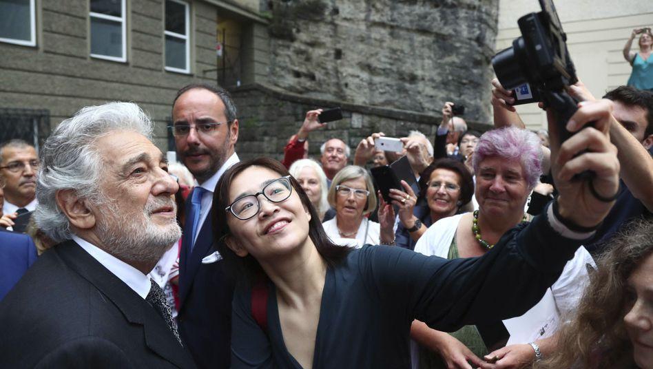"""Plácido Domingo posiert mit Fans bei den Salzburger Festspielen: """"In der Hierarchie oben"""""""