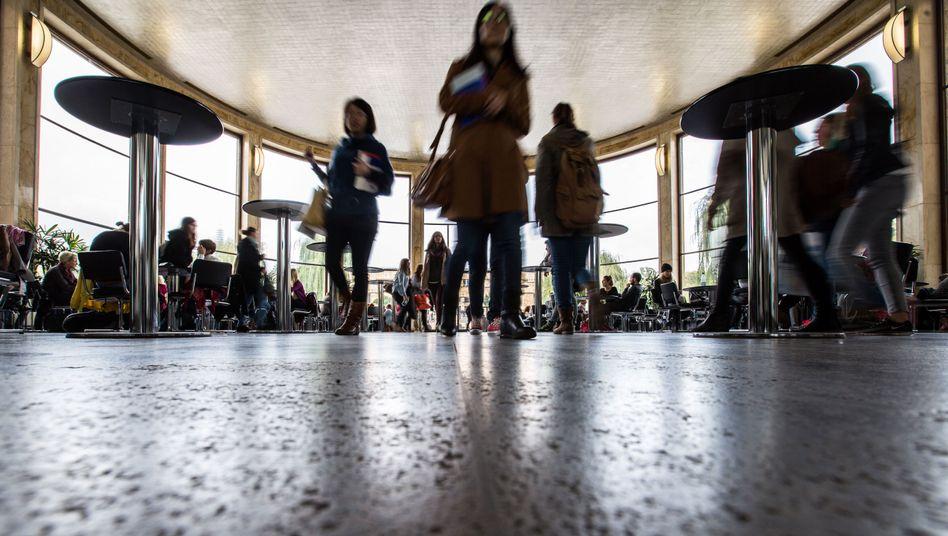Campus in Vor-Corona-Zeiten: In der Krise will das Kabinett Studierenden und Wissenschaftlern helfen