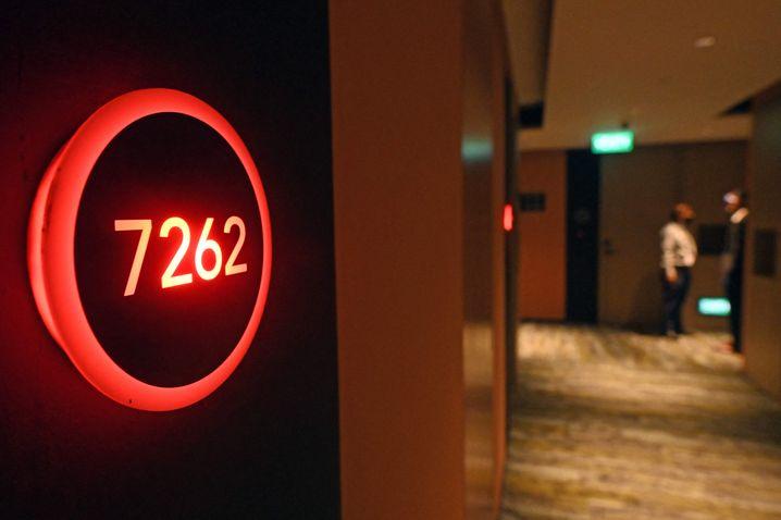 Bis das negative Testergebnis da ist, leuchtet ein rotes Alarmsignal vor jedem Zimmer