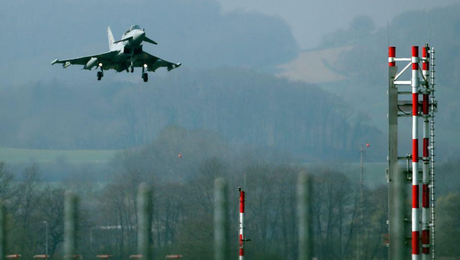 Ein Eurofighter landet in der Schweiz (Archiv)