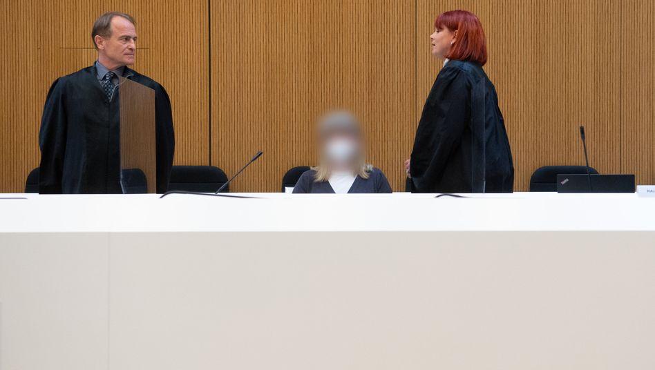 Susanne G. zwischen ihrem Verteidiger Wolfram Nahrath und ihrer Verteidigerin Nicole Schneiders