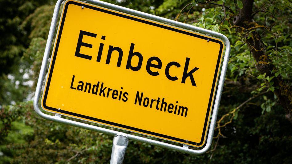 Ortsschild der Stadt Einbeck im Landkreis Northeim: Zwei Männer sind in Untersuchungshaft