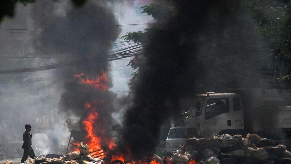 Brennende Barrikaden in Yangon