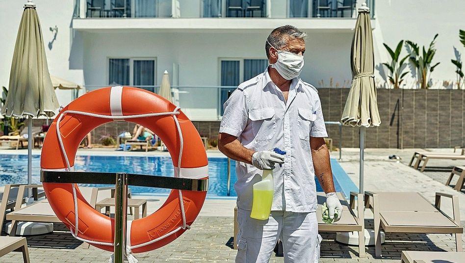 Hotelmitarbeiter beim Desinfizieren auf Mallorca: 76 Prozent minus gegenüber dem Vorjahr
