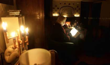 Lesen bei Taschenlampenlicht: Nicht ratsam, weil es anstrengender ist - aber auch nichts, was das Auge nachhaltig schädigt
