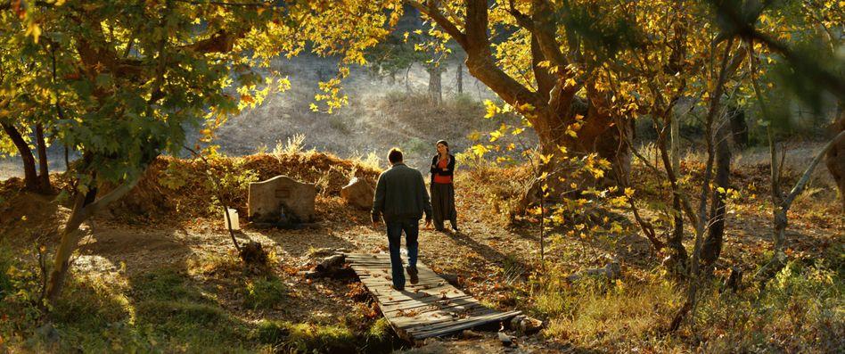 """Szene aus """"The Wild Pear Tree"""": Heimkehrer Sinan (Dogu Demirkol, l.) begegnet seiner alten Liebe Hatice (Hazar Ergüclü)"""