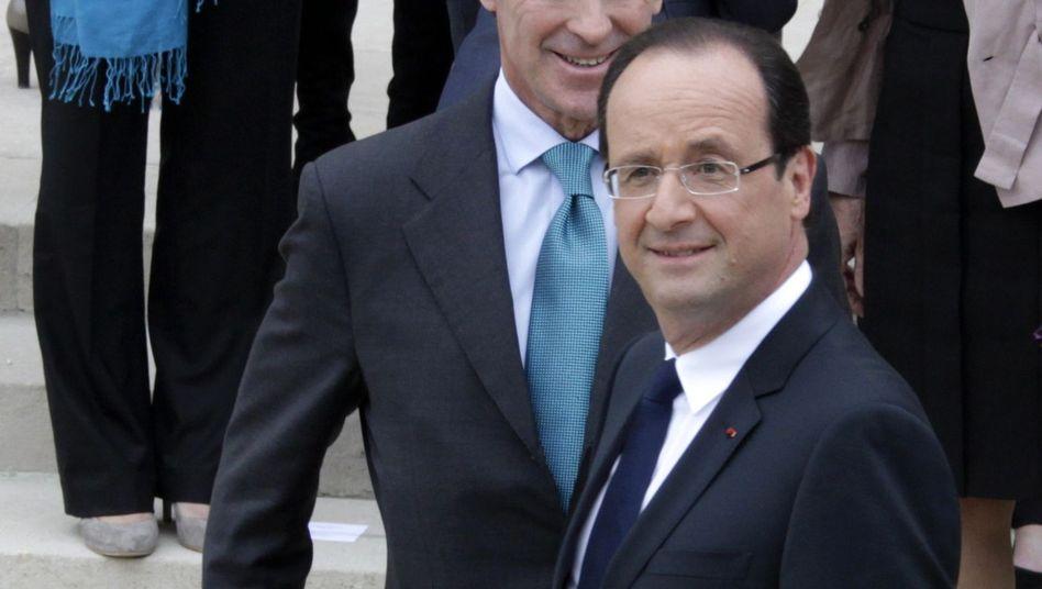 Cahuzac mit Hollande (vorn): Gegen den Ex-Haushaltsminister wird wegen Geldwäsche ermittelt