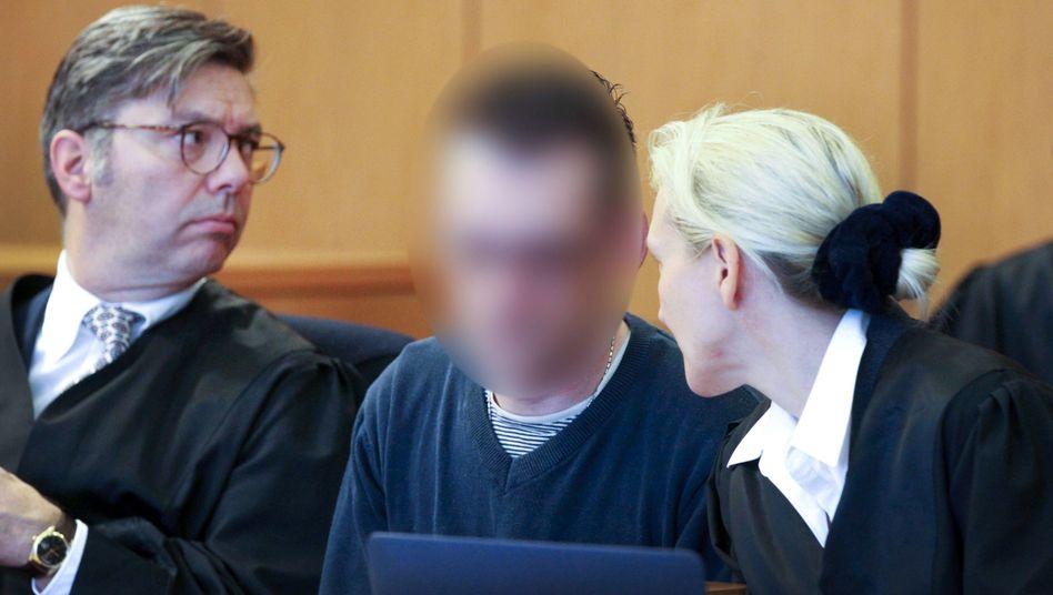 Der Hauptangeklagte mit seinen Anwälten (Archivbild)