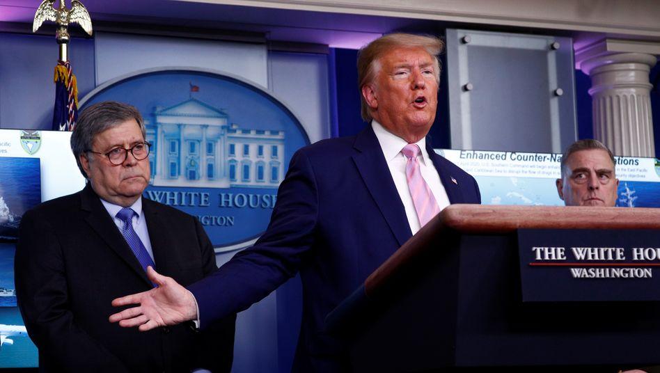 Donald Trump (M.) und William Barr (l./im April 2020): Skepsis und Nervosität sogar bei den eigenen Leuten