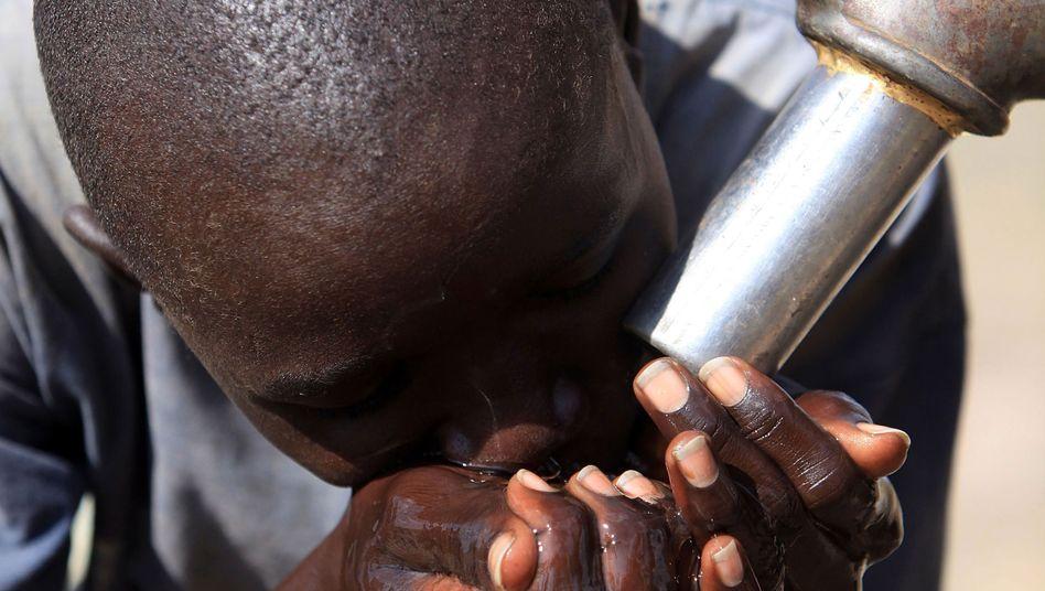 Beim Wassertrinken: Millionen Afrikaner haben keinen Zugang zu sanitären Anlagen