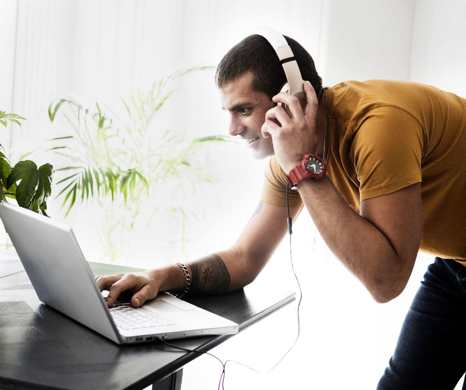 EINMALIGE VERWENDUNG Mann am Laptop / Internet