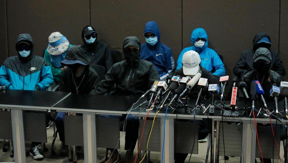 Angehörige der zwölf festgenommenen Demokratie-Aktivisten bei einer Pressekonferenz
