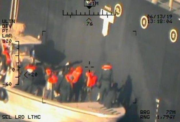 """Dieses Foto soll laut US-Angaben zeigen, wie Mitglieder der iranischen Revolutionsgarden eine nicht explodierte Haft-Mine von der Bordwand des Tankers """"Kokuka Courageous"""" entfernen"""